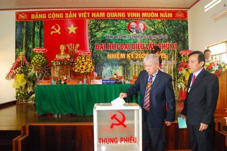 Đoàn chủ tịch tiến hành bỏ phiếu bầu Ban chấp hành
