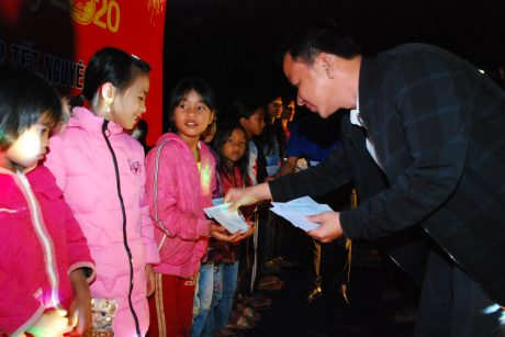Ông Lê Anh Tuấn - Phó TGĐ Cao su Chư Păh Tặng quà cho các cháu có hoàn cảnh khó khăn của làng D