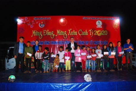 Lãnh đạo Công ty Chư Păh và Tỉnh Đoàn Gia Lai tặng quà cho các em có hoàn cảnh khó khăn