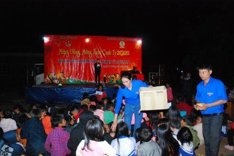 Đoàn viên thanh niên Cao su Chư Păh phát bánh, kẹo cho các em thiếu nhi và dân làng D đến xem và cổ vũ