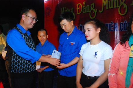 Ông Phạm Hoàng Giang - Phó Bí thư Tỉnh đoàn Gia Lai tặng quà cho các em có hoàn cảnh khó khăn.