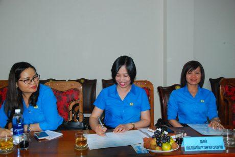 Đ/c Nguyễn Thị Quỳnh Nga - Phó Chủ tịch công đoàn Cao su Kon Tum ký kết vào bản giao ước thi đua năm 2020