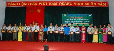Đ/c Phan Mạnh Hùng - Chủ tịch công đoàn ngành và bà Rơ Lan Nga - Phó Chủ tịch LĐLĐ tỉnh Gia Lai trao danh hiệu Công nhân cao su ưu tú cho các cá nhân