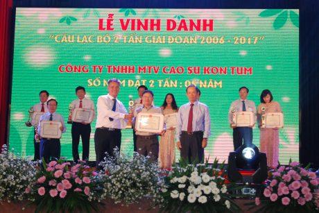 Lãnh đạo trao thưởng tại Lễ vinh danh CLB 2 tấn