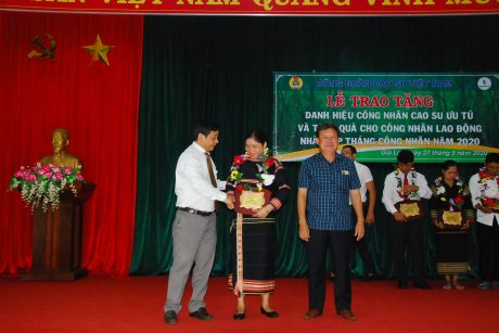 Ông Trương Minh Tiến - TGĐ Cao su Mang Yang và ông Lê Khả Liễm - TGĐ Cao su Kon Tum trao danh hiệu cho các cá nhân