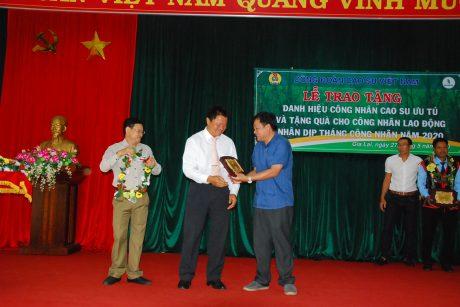Đ/c Lê Đức Hân - Chủ tịch HĐTV Cao su Kon Tum và Đ/c Trần Xuân Thịnh - TGĐ Cao su Chư Mom Ray trao danh hiệu cho các Công nhân cao su ưu tú