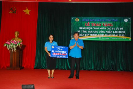 đ/c Phan Mạnh Hùng - Chủ tịch Công đoàn CSVN trao số tiền 100 triệu đồng để xây dựng nhà Mái ấm công đoàn cho đại diện LĐLĐ tỉnh Gia Lai
