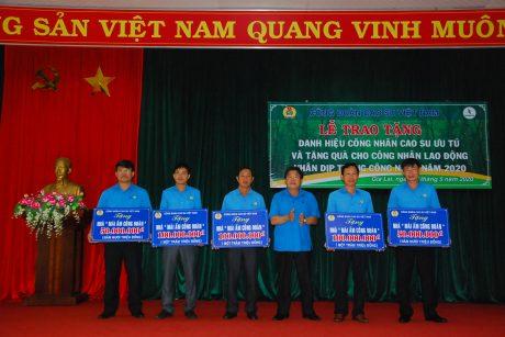 Đ/c Phan Mạnh Hùng - Chủ tịch Công đoàn CSVN trao 400 triệu cho 5 đơn vị xây dựng 8 căn nhà mái ấm công đoàn trong Tháng công nhân 2020