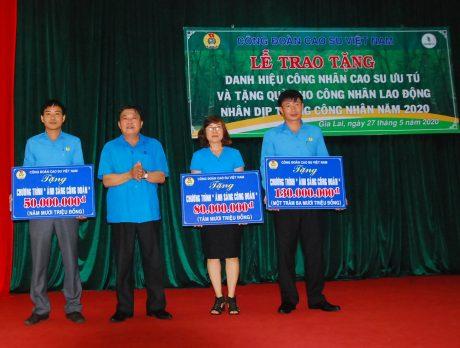 Đ/c Phan Mạnh Hùng - Chủ tịch công đoàn ngành trao tặng số tiền 260 triệu đồng cho chương trình ánh sáng công đoàn