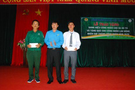 Đ/c Lê Huy Phu - Chủ tịch Công đoàn cao su Mang Yang tặng quà hỗ trợ cho đại diện 23 công nhân bị tai nạn lao động