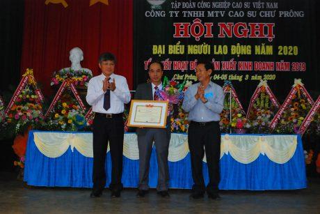 Lãnh đạo VRG trao kỷ niệm chương của Bộ NN&PTNT cho ông Võ Toàn Thắng - TGĐ công ty