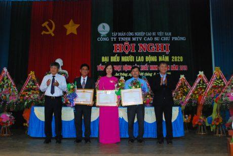 Lãnh đạo VRG trao bằng khen của Thú tướg cho các cá nhân và tập thể