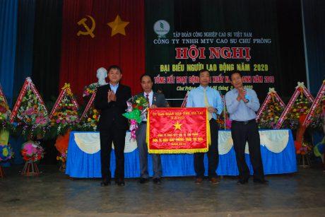 Lãnh đạo huyện Chư Prông trao cờ thi đua của UBND tỉnh Gia ai cho lãnh đạo công ty