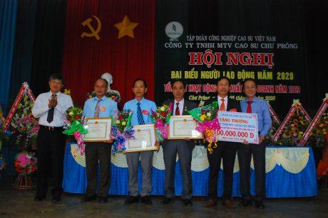 Lãnh đạo VRG trao thưởng 100 triệu đồng và bằng khen cho tập thể và cá nhân đã hoàn thành kế hoạch trước 20 ngày