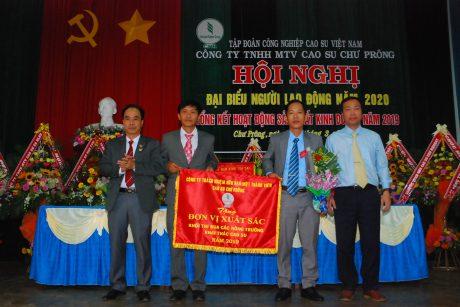 Lãnh đạo công ty trao cờ thi đua xuất sắc cho Nông trường Thanh Bình
