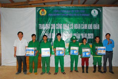 Ông Trần Xuân Thịnh - TGĐ công ty và ông Phạm Duy Vương - Chủ tịch công đoàn công ty trao nồi cơm điện cho các công nhân