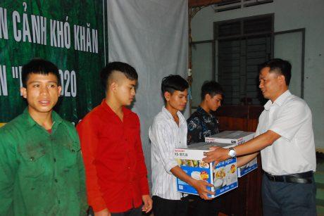 Ông Lưu Văn Tới - Phó chủ tịch công đoàn công ty, Giám đốc Nông trường Mo Rai 3 trao quà cho công nhân khó khăn