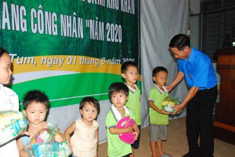 Anh Nguyễn Phúc Vũ - Bí thư đoàn thanh niên công ty tặng quà cho các em thiếu nhi