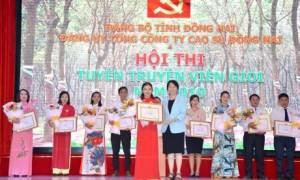 Bà Vũ Thị Mỹ Lệ - Bí thư Đảng uỷ, Phó TGĐ TCT trao giải nhất cho thí sinh Nguyễn Thị Thanh Trâm