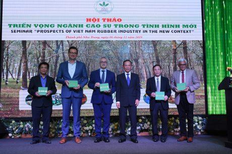 Chủ tịch Hiệp hội Cao su VN, Chủ tịch HĐQT VRG tặng quà lưu niệm cho các báo cáo viên tại Hội thảo
