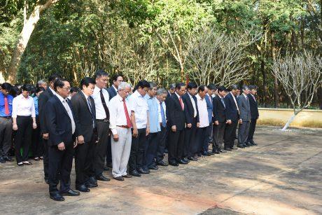 Lãnh đạo, nguyên lãnh đạo VRG qua các thời kỳ, cùng các đại biểu trung ương và địa phương trước tượng đài Phú Riềng Đỏ. Ảnh: Vũ Phong.