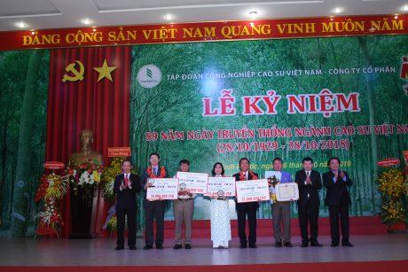 Lãnh đạo VRG và Công đoàn Cao su VN trao giải thưởng Cao su Việt Nam năm 2018. Ảnh: Vũ Phong