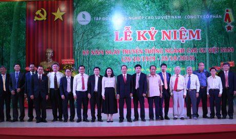 Lãnh đạo, nguyên lãnh đạo VRG qua các thời kỳ, cùng các đại biểu trung ương và địa phương, tại lễ kỷ niệm 89 năm truyền thống ngành cao su (28/10/1929 – 28/10/2018). Ảnh: Vũ Phong.