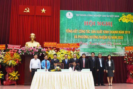 Tại Hội nghị, ông Huỳnh Văn Bảo - TGĐ VRG và ông Phan Mạnh Hùng - Chủ tịch Công đoàn CSVN đã ký kết Thỏa ước lao động tập thể ngành năm 2020