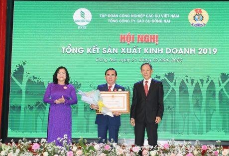 Ông Đỗ Minh Tuấn - TGĐ TCT đón nhận Huân chương lao động hạng 3