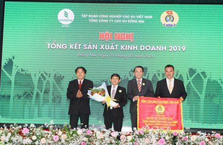 Ông Phan Mạnh Hùng - Chủ tịch Công đoàn CSVN trao cờ thi đua xuất sắc của Tổng Liên đoàn LĐVN cho công đoàn TCT