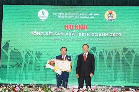 Ông Đỗ Minh Tuấn - TGĐ TCT thay mặt CB.CNVC - LĐ nhận bằng khen của Ủy ban quản lý vốn Nhà nước tại doanh nghiệp