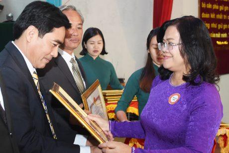 Bà Nguyễn Hòa Hiệp - Phó Chủ tịch UBND tỉnh Đồng Nai trao bằng khen của tỉnh cho các tập thể đạt thành tích xuất sắc trong năm 2019