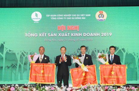 Ông Trần Ngọc Thuận - Bí thư Đảng ủy, Chủ tịch HĐQT VRG trao cờ thi đua xuất sắc cho các tập thể
