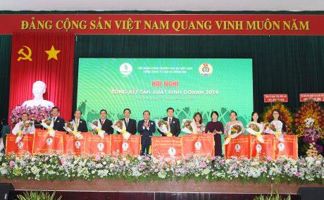 Các tập thể nhận cờ thi đua của TCT