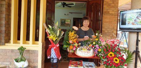Bà Lê Thị Mác trong lần sinh nhật thứ 70 do bạn bè tổ chức. Ảnh: Nguyễn Văn Liêm