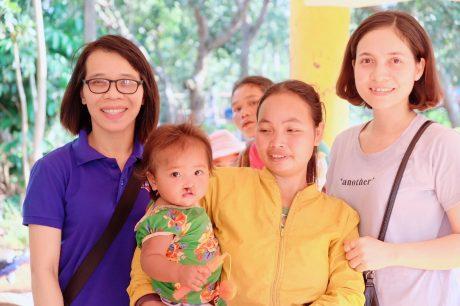 Nguyễn Duy Thái Hà (bên trái) trong một chuyến đi từ thiện.