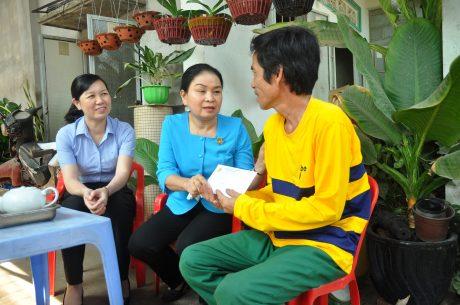 Bà Lý Thiện Nữ - Chủ tịch CĐ Cao su Dầu Tiếng thăm hỏi và tặng quà CNLĐ khó khăn trong TCN 2020
