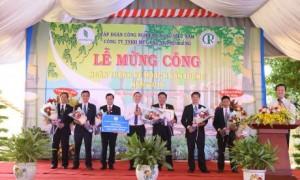 Ông Lê Thanh Tú – Phó TGĐ VRG trao thưởng cho công ty