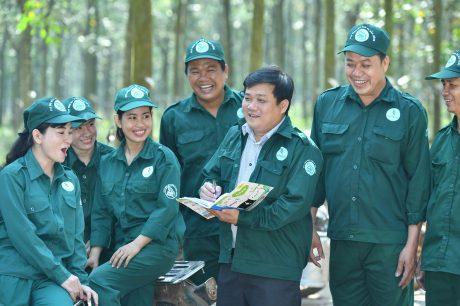 Ông Nguyễn Thanh Minh - Bí thư Đảng ủy, Giám đốc NT Long Tân (giữa) thăm hỏi, động viên công nhân khai thác tại vườn cây vào những ngày cuối năm 2019.
