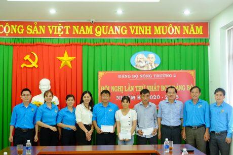 Ông Phạm Quốc Huy - Phó Chủ tịch CĐ Cao su Phú Riềng (ngoài cùng bên trái) trao danh hiệu Công nhân Cao su ưu tú và tặng quà công nhân khó khăn tại NT 2 trong TCN 2020.