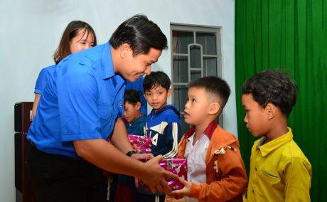 Đ/c Thái Bảo Tri – UV BCH TW Đoàn, Bí thư ĐTN VRG, Chủ tịch Hội LHTN VN VRG trao quà cho các em học sinh vượt khó, học giỏi.