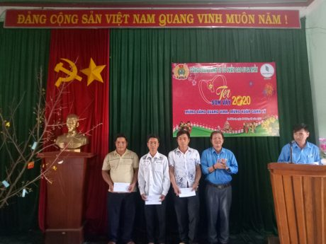 Ông Tạ Thúc Bình - Chủ tịch Công Đoàn công ty trao quà cho các cá nhân