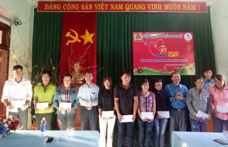 Ông Đặng Ưng - Phó TGĐ và ông Tạ Thúc Bình - Chủ tịch Công Đoàn công ty  trao quà cho người lao động