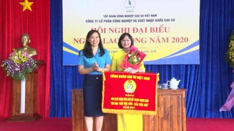 Bà Trương Thị Huế Minh - Phó Chủ tịch Công đoàn Cao su VN trao cờ thi đua cho Công đoàn công ty