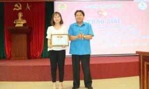 Ông Phan Mạnh Hùng - Chủ tịch Công đoàn CSVN trao giải nhì cho tác giả Đoàn Thị Ngọc Anh