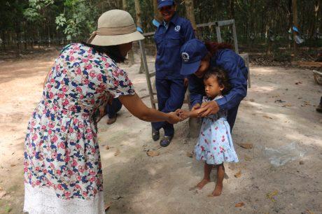 Phóng viên Minh Tâm của Tạp chí Cao su VN hỏi thăm con công nhân Công ty CPCS Chư Sê - Kampong Thom trong chuyến công tác. Ảnh: P.V