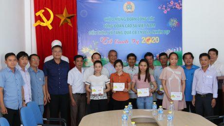 Đoàn công tác tặng quà cho CNLĐ Công ty CPCS Quasa -Geruco. Ảnh: Đức Khánh
