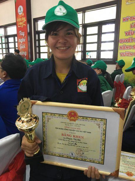 Phạm Thị Đủ vui mừng với giải ba Hội thi Bàn tay vàng cấp ngành năm 2018.