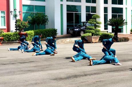 Thực hành võ thuật đối kháng cùng nam DQTV