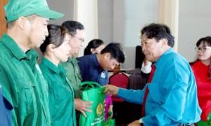 Ông Phan Mạnh Hùng - Chủ tịch CĐ CSVN trao quà cho CNLĐ tại lễ phát động Tháng Công nhân năm 2019. Ảnh: Vũ Phong